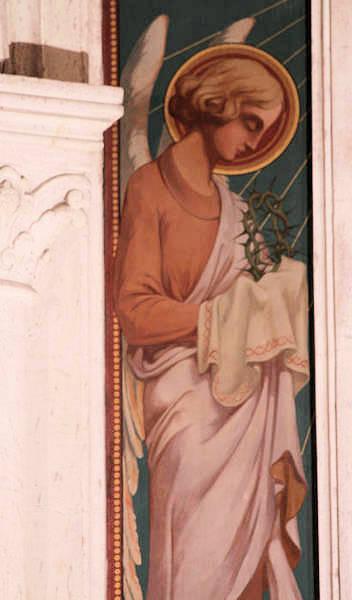 Le Christ entre deux anges portant les instruments de la Passion - Détail : ange avec la couronne d'épines.
